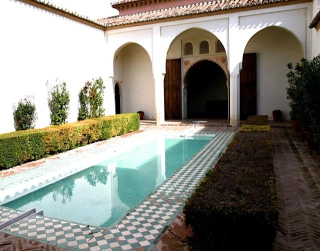 32-patio-con-alberca-central-de-la-alcazaba-de-Malaga-cuya-composicion-recuerda-al-patio-de-arrayanes-de-la-Alhambra-de-Granada.jpg