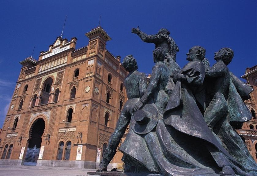 Fachada_de_la_plaza_de_toros_de_Las_Ventas_con_la_estatua_a_homenaje_a_Antonio_Bienvenida_en_primer_plano